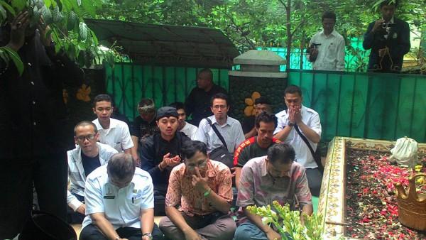 Para peserta acara pengukuhan situs Makam Keramat membacakan Yasin dan doa-doa di kompleks Makam Keramat (dok. KM)