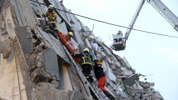 Tim SAR Taiwan menyelamatkan korban dari gedung apartemen yang roboh (dok. Reuters)