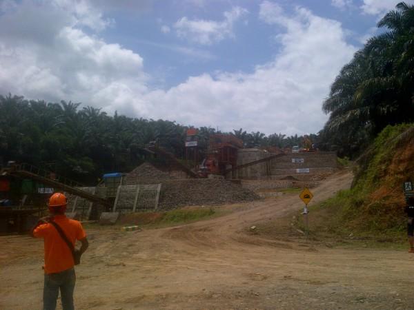 Pusat penghancur Batu atau stone crusher quarry buatan PT. PPE di Desa Mekarjaya, Ciigudeg, Kabupaten Bogor (dok. KM)