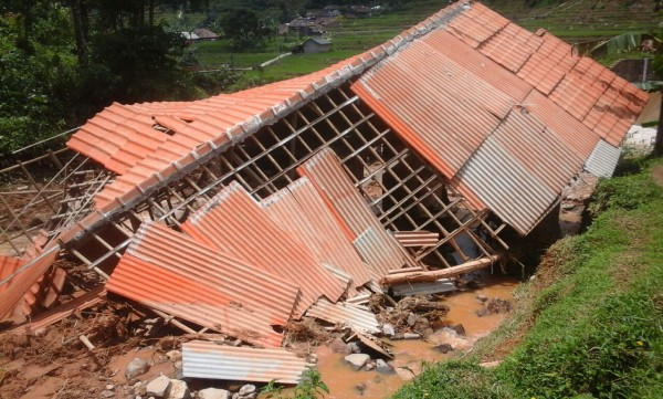 Kerusakan pada rumah milik  warga Cibunian, Gino, akibat bencana tanah longsor pada Minggu 3/4 (dok. KM)