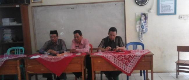 Kepala UPT Pendidikan Rumpin H. Endang bersama Tim penilai dari Dinas Pendidikan Kab. Bogor dalam Lomba kegiatan Gugus Kec. Rumpin.