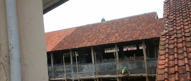 Proyek pembangunan SMPN 1 Cisarua, yang diduga menggunakan bahan material bekas (dok. KM)