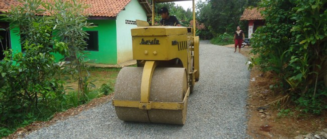 Pengerasan Jalan pada pembangunan jalan desa di Tajurhalang, Kab. Bogor (dok. KM)