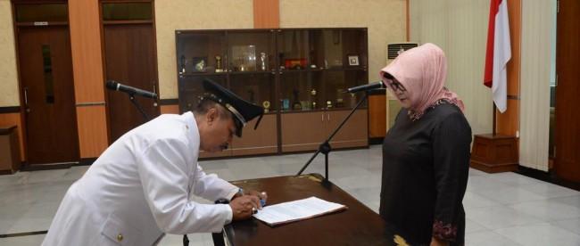 Bupati Bogor Hj Nurhayanti melantik Kades Banyuresmi, Kecamatan Cigudeg, di Pendopo Bupati, Selasa 5/1 (dok. KM)