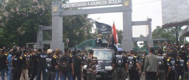 Massa yang mengaku dari LSM GMBI mendemo Pemkab Bogor atas masalah korupsi RTLH, Rabu (27/1) (dok. KM)