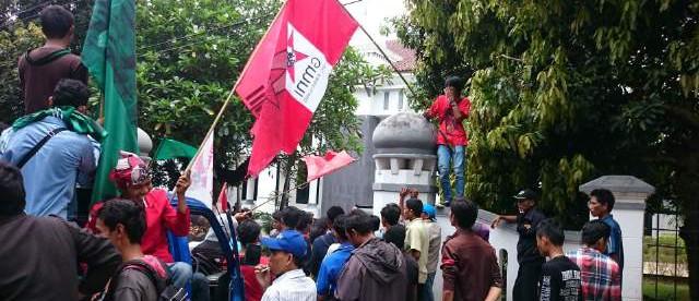 Unjuk rasa dari gabungan ormas di depan kantor Bupati Pandeglang pada Senin 18/1 (dok. KM)