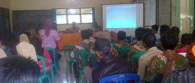 Pemaparan tentang program Desa Mengajar di Desa Sadeng Kolot, Kab. Bogor Kamis (6/1). (dok. KM)