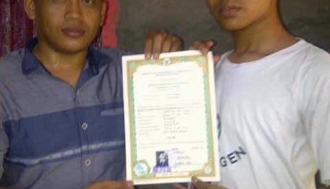 Saepul Rohman dari LBH Awalindo (kiri) bersama siswa SMK Pembina Bangsa Rancabungur Guntur Juliyana, setelah berhasil mendapatkan ijazah kelulusannya. (dok. KM)