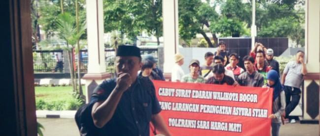 Ketua GMNI Bogor Raya, Desta Lesmana memimpin orasi di depan Pengadilan Bogor saat sidang gugatan SE Asyura. (dok. KM)
