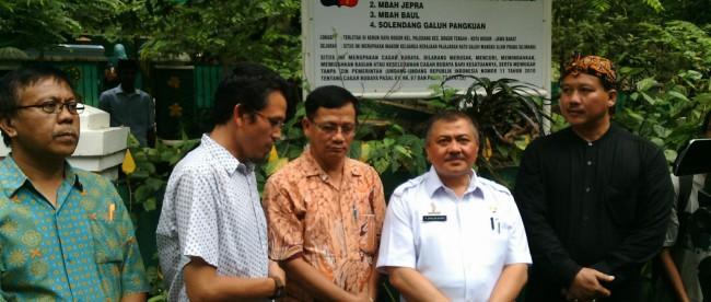 Ketua Disbudpar Kota Bogor H. Shahlan Rasyidi beserta tim nya bersama ketua Komunitas Kujang Lima H. Kemal Salim di depan plang resmi baru di situs Makam Keramat di Kebun Raya Bogor (dok. KM)