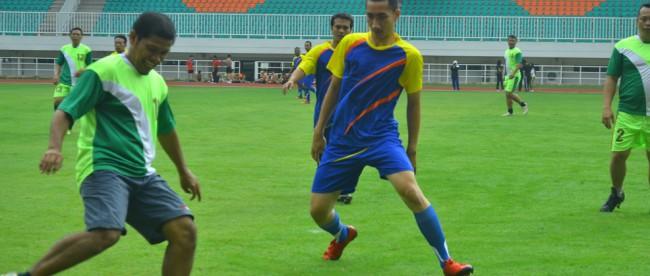Pertandingan sepakbola persahabatan antara Dinas Pemuda dan Olahraga Kab. Bogor
