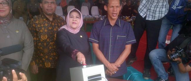 Bupati Bogor, Hj. Nurhayanti beserta ketua DPRD, Ade Ruhandi meresmikan Stone Crusher Quarry di Cigudeg, Selasa 16/2 (dok. KM)