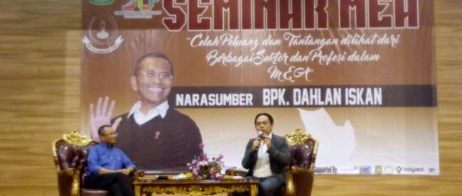Dahlan Iskan menjadi narasumber pada seminar tentang MEA di kampus UNIS Tangerang, Sabtu 20/2 (dok. KM)