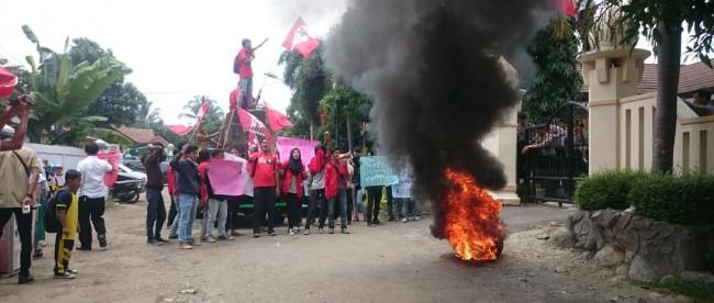 Mahasiswa unjuk rasa di kantor DBMSDA Pandeglang, Rabu 24/2 (dok. KM)