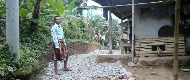 Jalan desa di Desa Jayaraharja, Kecamatan Sukajaya, Kabupaten Bogor, yang terbengkalai (dok. KM)