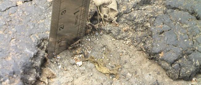 Ketebalan aspal di Jalan Cicadas, Cikampak yang hanya setebal 1,3cm. (dok. KM)