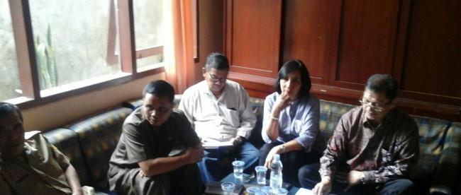 Kiri-kanan: Sekcam Pamijahan Dedi, Camat Rosidin, dan perwakilan dari pihak PT. JDG (Edi, Yayu, Jhon Pantauw). (dok. KM)