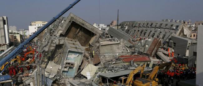 Tim penyelamat dengan alat-alat berat masih berupaya mencari korban yang terperangkap dalam reruntuhan gedung apartemen Wei-guan di Tainan, Taiwan (dok. Reuters)
