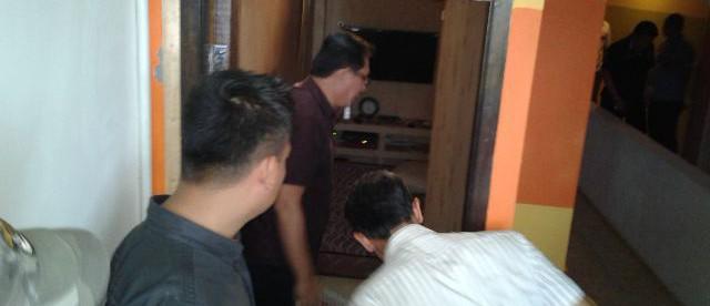 Tim dari POlda Jawa Barat mendatangi lokasi karaoke Nada Lestari untuk mencari bukti-bukti atas laporan Gunawan Hasan yang menuduh Walikota Bogor Bima Arya telah merusak dan melebihi wewenangnya. (dok. KM)