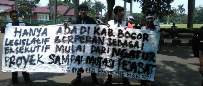Masyarakat yang tergabung dalam AMBB berdemo di DPRD Kabupaten Bogor tentang masalah pernyataan AMY di Media Sosial. (dok. KM)