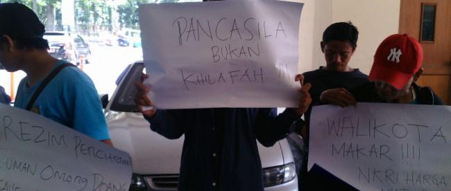 Massa pendemo kritisi kehadiran Walikota Bogor, Bima Arya, pada acara peresmian Kantor HTI Bogor sebagai pengkhianatan terhadap Pancasila, Kamis 10/3 (dok. KM)
