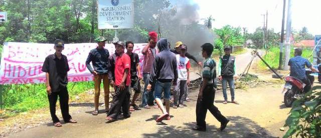 Sekelompok tukang ojek memblokir jalan menuju kampus IPB sebagai bentuk protes, Selasa 15/3 (dok. KM)
