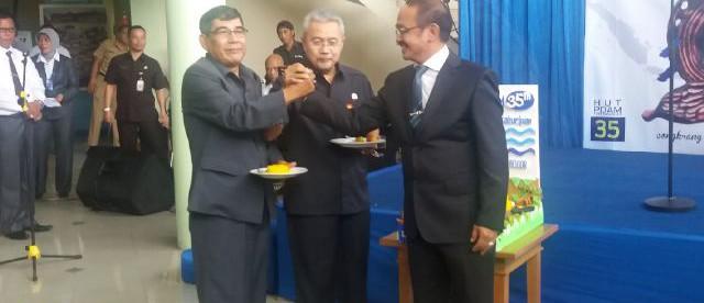 Dirut PDAM Tirta Kahuripan, Hadi Mulya Asmat (kanan) beramah tamah di acara HUT PDAM Tirta Kahuripan ke 35 (dok. KM)