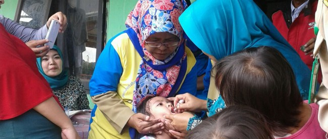 Posyandu di Cibinong berikan imunisasi polio kepada bayi dan balita pada Pekan Imunisasi Nasional Polio 2016 (dok. kM)