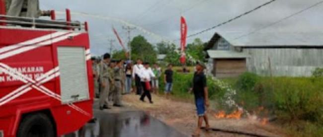 Pemadam Kebakaran memadamkan kebakaran di depan SPBU di Putussibau, Kalbar 29/2 (dok. KM)
