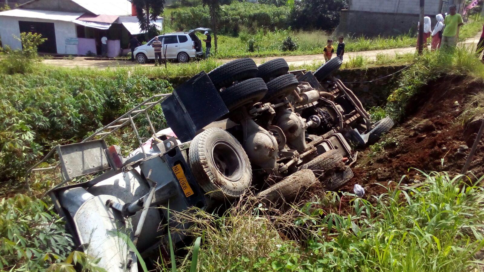 kecelakaan truk terguling