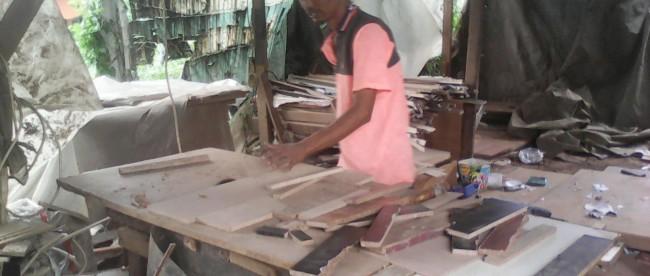 Wirausaha membuat furnitur dari limbah kayu di bilangan Bojonggede, Bogor (dok. KM)