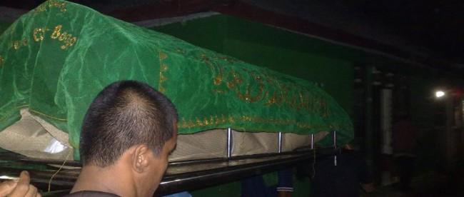 Warga membawa jenazah korban kecelakaan motor, Rizki (13) (dok. KM)