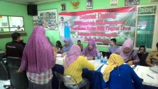Petugas Desa layani masyarakat yang membuat eKTP di Desa Cimanggis (dok. KM)
