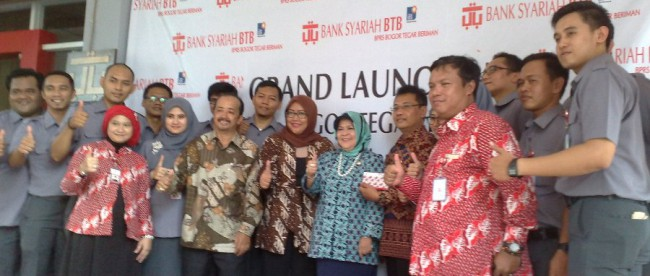 Bupati Bogor Nurhayanti (tengah) meresmikan BPRS Bank Tegar Beriman, Rabu 16/3 (dok. KM)