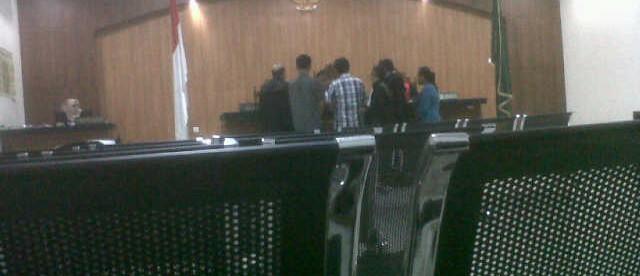 Camat Sukamakmur (tengah, baju bergaris) memberikan keterangan pada perkara di PN Cibinong, 5/4 (dok. KM)