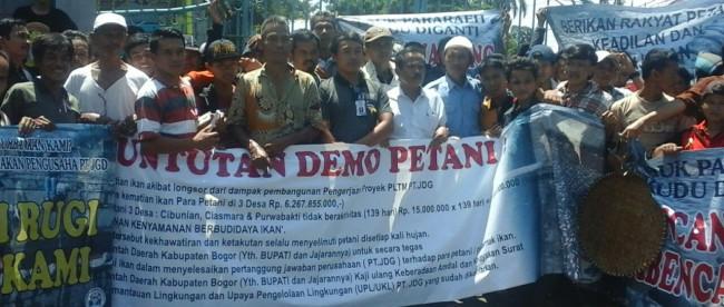 Ratusan petani ikan yang terkena dampak longsor akibat proyek PLTM PT. JDG berunjuk rasa di depan kantor bupati Bogor, Senin 18/4 (dok. KM)