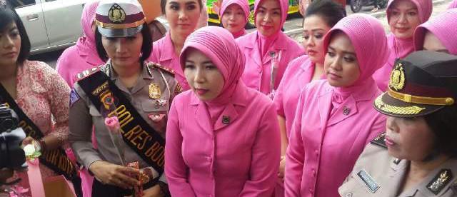 Polwan dan Bhayangkari membagikan bunga dan coklat kepada petugas DKP di seputar Tugu Kujang, kota Bogor 20/4 (dok. KM)