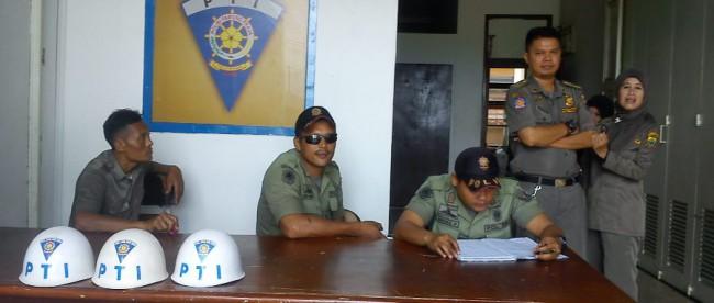 Anggota Satpol PP Kabupaten Cianjur yang saat ini berkantor di rumah dinas Bupati Cianjur (dok. KM)