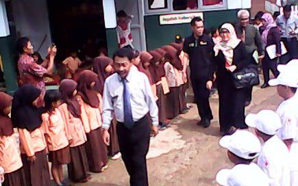 Anak-anak SDN Ciparay menyambut hadirin Lomba Sehat, Jumat 8/4 (dok KM)