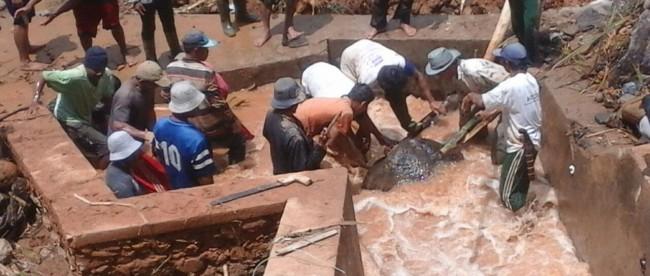 Warga Cibunian sedang berusaha mengangkat batu yang jatuh menutupi waterway akibat longsor yang melanda pada Minggu 3/4 lalu (dok. KM)