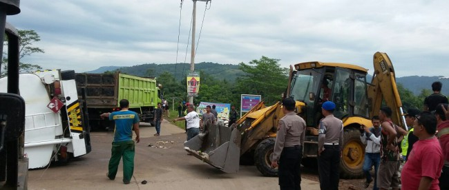 Alat berat dikerahkan untuk mengevakuasi truk tangki yang terguling dalam kecelakaan di Galuga, 30/4 (dok. KM)