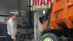 Polisi mengamati kondisi truk yang menghantam toko marmer di Sawangan, Depok, Selasa dini hari (17/5) (dok. km)