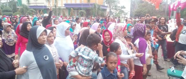 Pembagian sembako kepada warga di sekitar hotel Parunk, Kecamatan Parung, Bogor Kamis 26/5 (dok. KM)