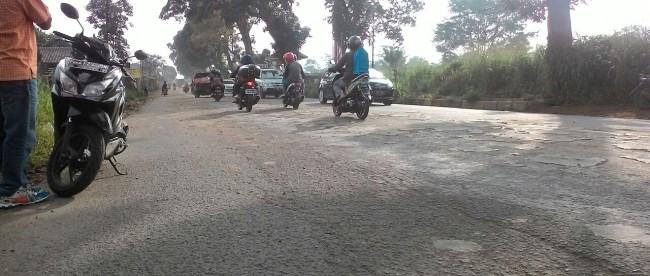 Pekerjaan Perataan Tanah dalam proyek pembangunan tol Bocimi menyebabkan gumpalan tanah kering menutupi jalan Cigombong, menyebabkan debu saat panas dan lumpur saat hujan (dok. KM)