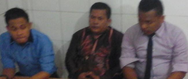 Kades Purwabakti, Mulyadi (tengah) didampingi kuasa hukumnya melakukan konferensi pers setelah sidang gugatan ke Bupati Bogor di Pengadilan Negeri Cibinong. Rabu (11/5) (dok. KM)