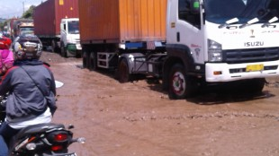 Kerusakan Jalan di Citeureup yang menjadi tuntutan demo sopir angkot, Rabu 4/5 (dok. KM)