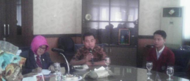 Bupati Bogor sampaikan pesan kepada mahasiswa STKIP Muhammadiyah Bogor yang menjadi peserta program KKL Go Internasional di Pendopo Bupati, Senin 2/5 (dok. KM)