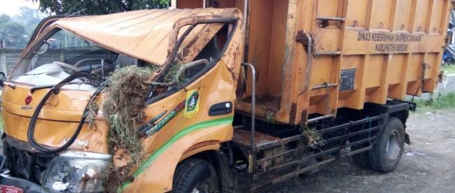 Truk sampah yang terlibat dalam kecelakaan beruntun di Tol Jagorawi, 25/4 (dok. KM)