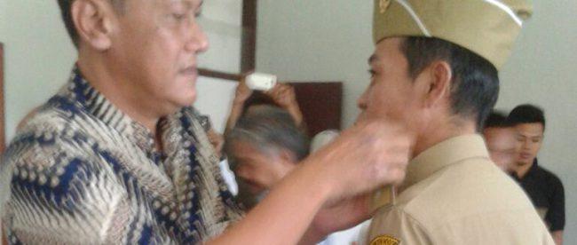 Camat Nanggung, Mulyadi, melantik Komarudin sebagai PJS Kades Nanggung (dok. KM)