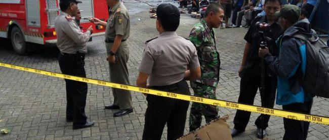 Pihak kepolisian, damkar, Satpol PP dan militer tampak mengamankan lokasi tempat kebakaran gedung milik perusahaan garmen di Cicurug, Sukabumi (dok. KM)